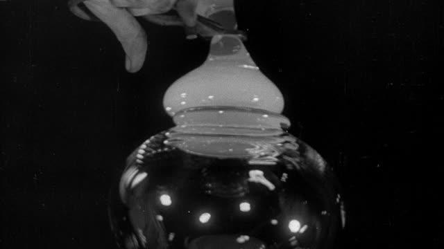 montage molten glass being shaped - 1931年点の映像素材/bロール