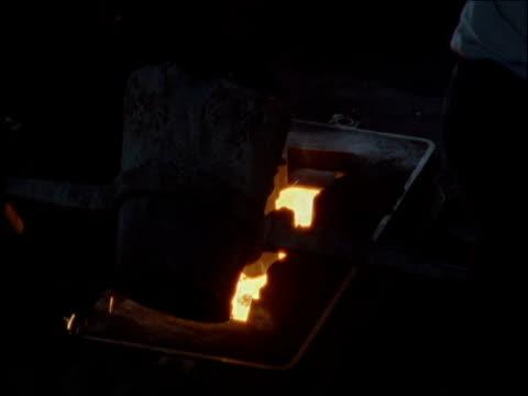vídeos de stock e filmes b-roll de molten iron being poured into mould - revolução industrial