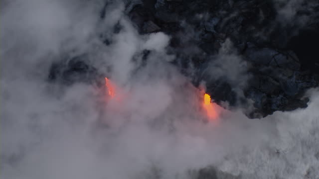 vídeos y material grabado en eventos de stock de molten lava flowing into the pacific ocean in volcano national park. - paisaje volcánico