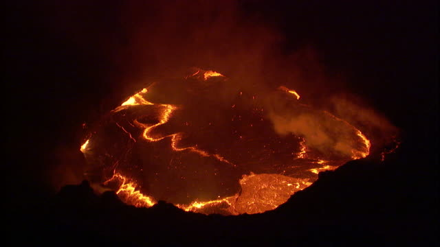 vídeos de stock e filmes b-roll de molten lava in the erta ale volcano, ethiopia. available in hd. - corno de áfrica