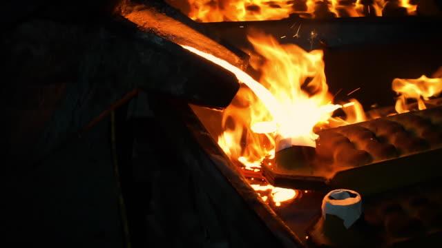 vídeos de stock, filmes e b-roll de derretimento de metal derretido, operador tocando metal derretido de forno para concha para derramar em fábrica de fundição - foundry