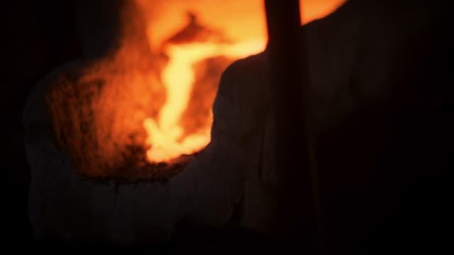 vídeos y material grabado en eventos de stock de molten metal pouring out of a furnace - derretirse