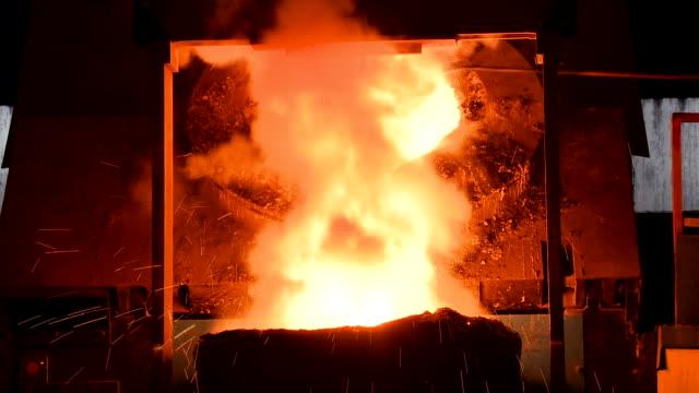 vidéos et rushes de métal fondu sortait du four. métal liquide du haut fourneau. - lancer la ligne de canne à pêche