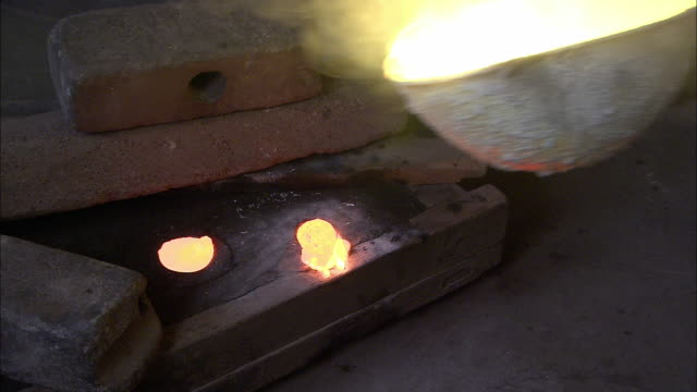 molten metal pours from a ladle into a mold at a foundry. - ladle stock videos & royalty-free footage