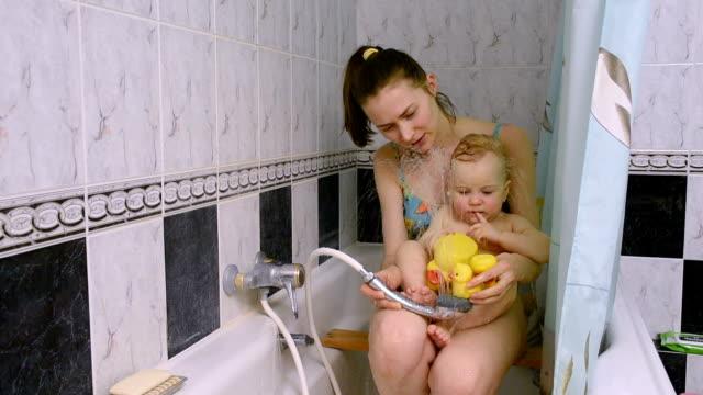 vídeos de stock, filmes e b-roll de mãe e bebê no banheiro de casa - banheira