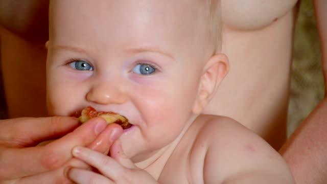 vídeos y material grabado en eventos de stock de mamá y bebé descansar después de lactancia - mamar