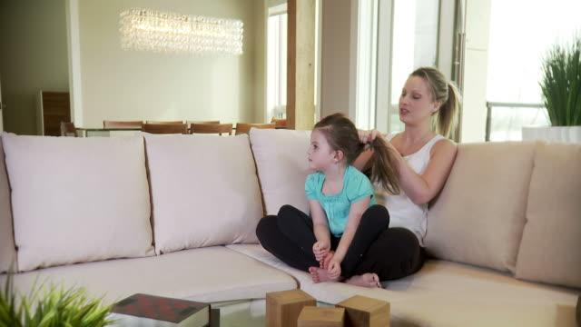 mamma e figlia bond - fare il solletico video stock e b–roll