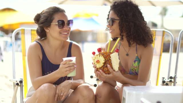 mutter und tochter trinken tropischen fruchtsaft - saft stock-videos und b-roll-filmmaterial