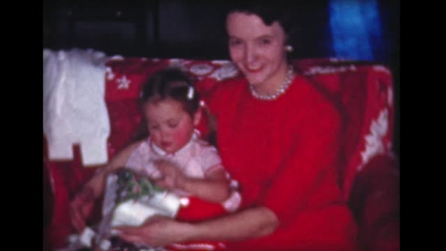 stockvideo's en b-roll-footage met 1959 mom and daughter open presents on red couch - parel juwelen