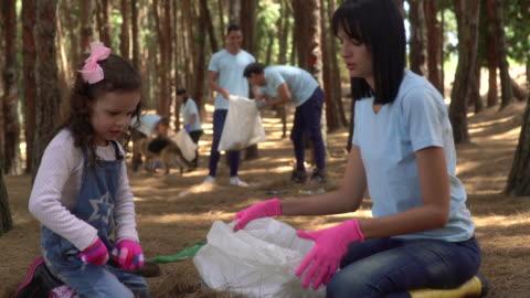 お母さんと娘がゴミを拾う - volunteer点の映像素材/bロール