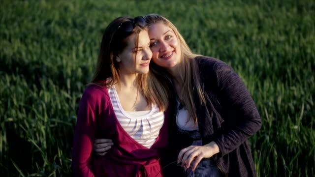 母と娘の自然のポートレート - 人の首点の映像素材/bロール
