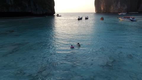 vídeos y material grabado en eventos de stock de madre y niño jugando en el agua de la bahía - islas phi phi