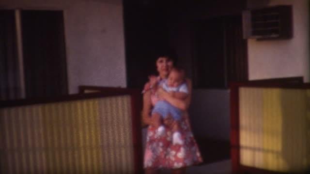 vidéos et rushes de maman et bébé années 1960 moelleux - 1960