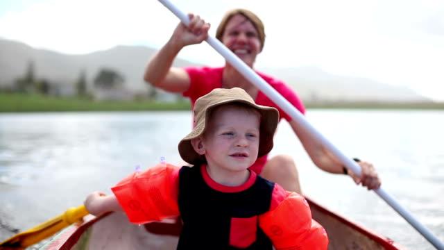 Mutter und Sohn auf dem paddle