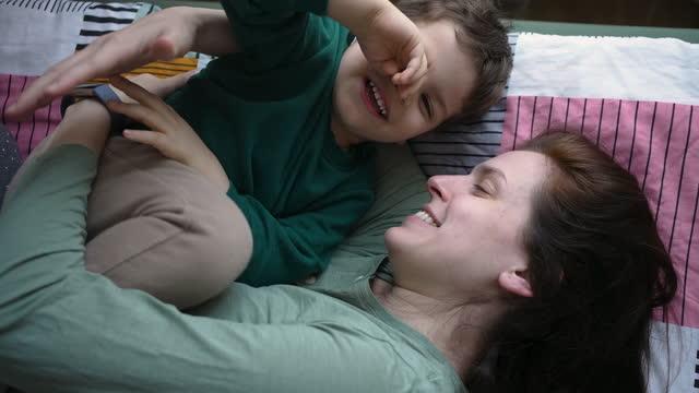 vidéos et rushes de maman et fils jouant dans le bâti - son