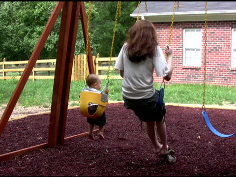 vídeos y material grabado en eventos de stock de madre e hijo swing 2 ntsc - espalda humana