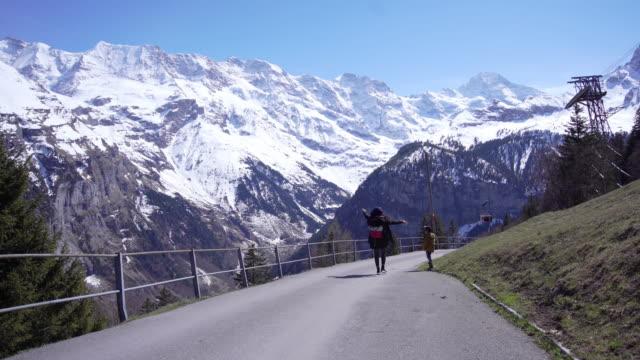 mamma och son reser på byn zermatt i schweiz. - bergsrygg bildbanksvideor och videomaterial från bakom kulisserna