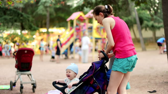 Moeder en zoons in park in de zomer