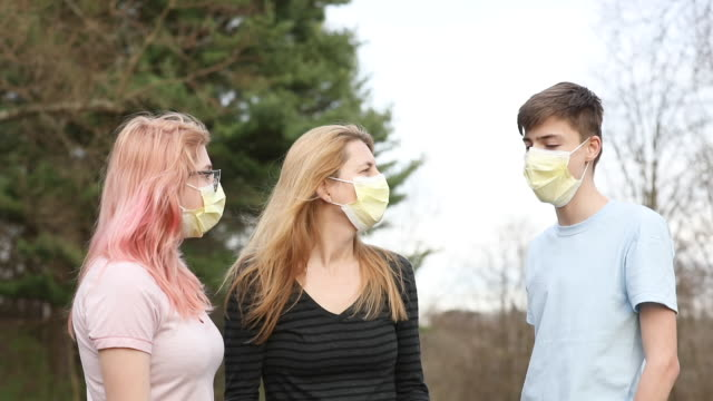 vídeos de stock e filmes b-roll de mom and teen kids in face masks talking - 18 19 anos