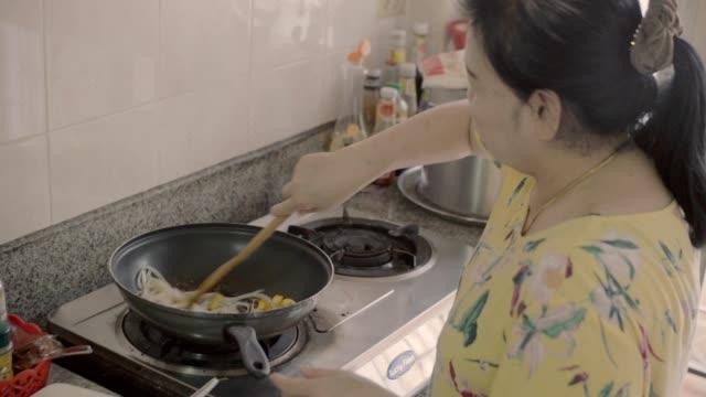 mama kochen. - brennbar stock-videos und b-roll-filmmaterial