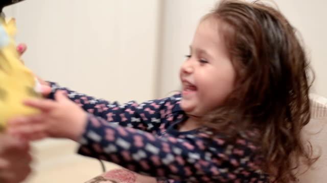 vídeos de stock, filmes e b-roll de mãe seca o cabelo de sua filha com um secador de cabelo - secar