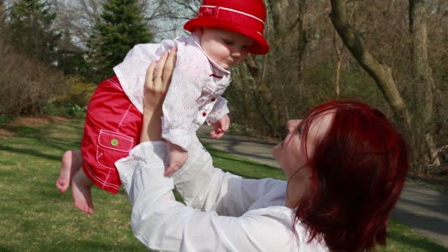 vídeos de stock e filmes b-roll de mãe segurando bebê menina - vida de bebé