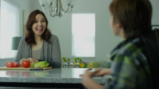 vídeos de stock e filmes b-roll de mom in her thirties greets son - família monoparental