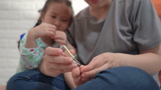 Moeder is snijden zijn teennagels voor haar dochter