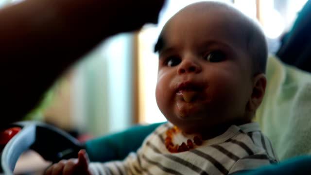 ママは、彼女の赤ちゃんを供給します。 - 生後2ヶ月から5ヶ月点の映像素材/bロール