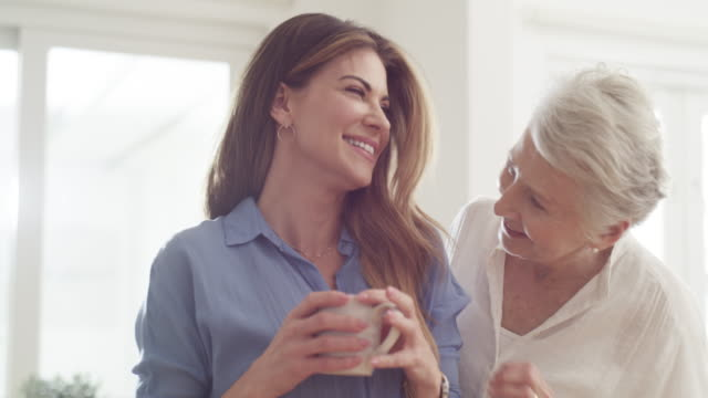stockvideo's en b-roll-footage met moeder is de grootste bron van geluk - koffie drank