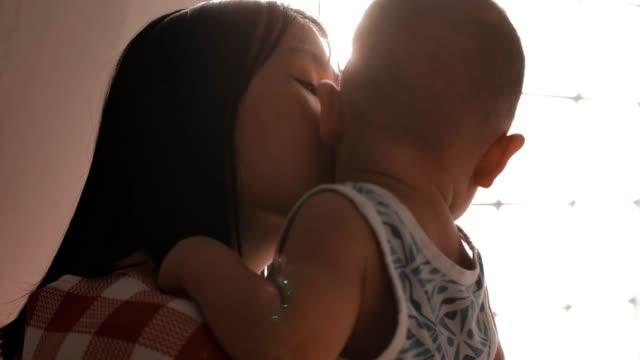 vídeos y material grabado en eventos de stock de cu : mamá besando a su hijo (6-11 meses) - 6 11 meses