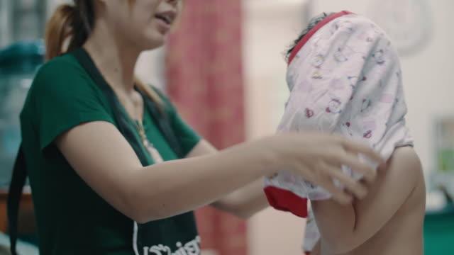 vídeos de stock, filmes e b-roll de mãe, preparando a filha dela - bolsa tiracolo bolsa