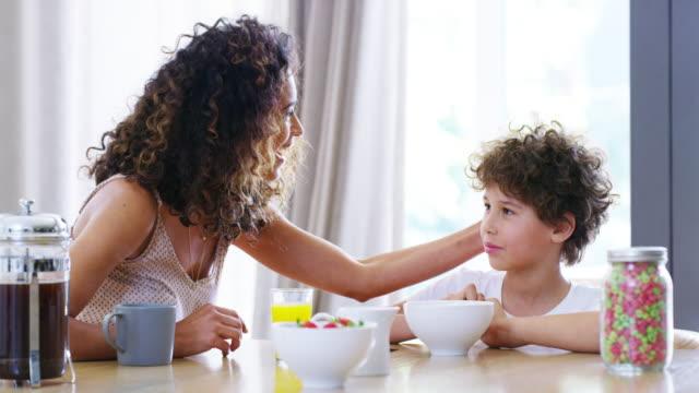 vídeos de stock, filmes e b-roll de mãe a sério deixa meu cabelo em paz - breakfast