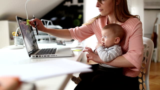 vídeos de stock e filmes b-roll de mom working from home - mãe