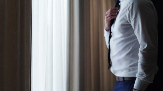 augenblicke, bevor er zum altar geht - krawatte stock-videos und b-roll-filmmaterial