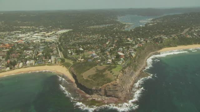 vídeos de stock e filmes b-roll de mona vale headland reserve, nsw, australia, from the air - paredão rochoso