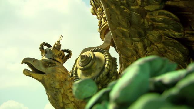 monarchiesymbole - eagle on the roof statue in vienna 02 - aquila video stock e b–roll