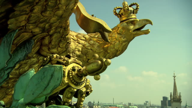 Monarchiesymbole - Eagle on the roof statue in Vienna 04