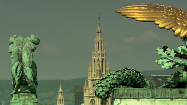 monarchiesymbole - eagle on the roof statue in vienna 06 - palace video stock e b–roll