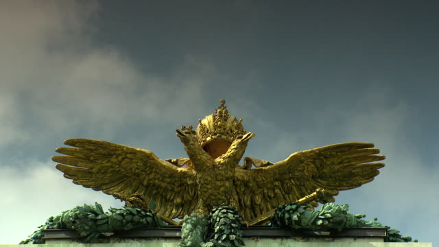 monarchiesymbole - eagle on the roof statue in vienna 09 - the hofburg complex stock videos & royalty-free footage