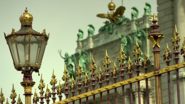 Monarchiesymbole - Gates of Heldenplatz in Vienna