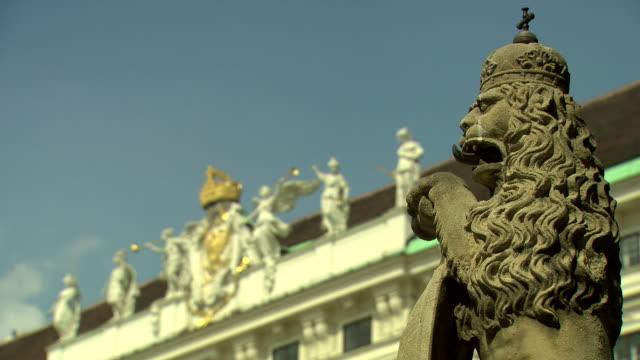 monarchiesymbole - lion statue in heldenplatz in vienna - traditionally austrian stock videos & royalty-free footage