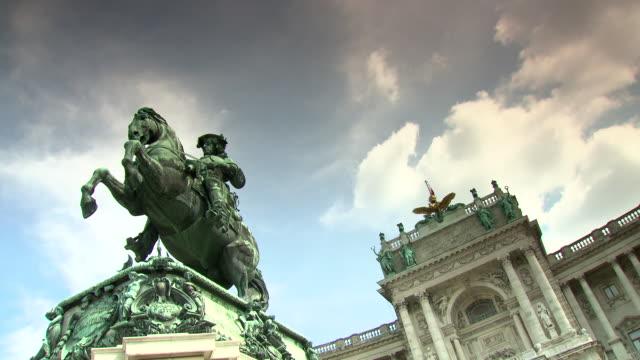 monarchiesymbole - reiterdenkmaeler statue in vienna - austria flag stock-videos und b-roll-filmmaterial