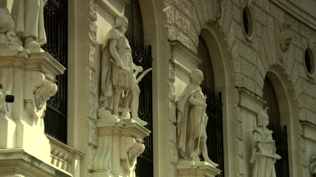 monarchiesymbole - views of the hofburg palace in vienna 02 - palazzo reale video stock e b–roll