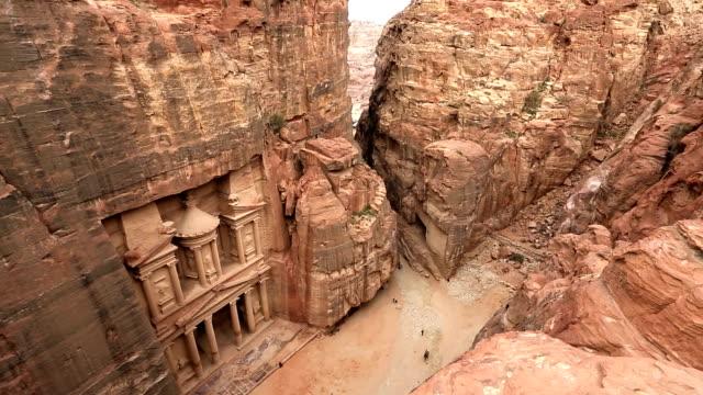 vídeos de stock e filmes b-roll de monastery at petra tourists nr entrance, petra, jordan - petra