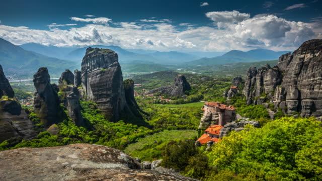 vídeos de stock, filmes e b-roll de monastério no vale de meteora em greece - cena não urbana