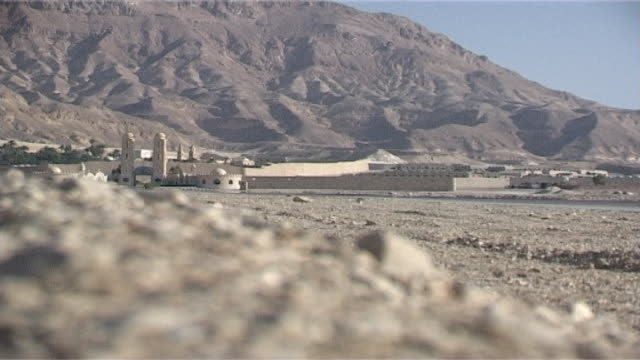 vidéos et rushes de monastery of st anthony view of the monastery set against a backdrop of the red sea mountains the monastery of st anthony is the oldest in the world - flèche clocher