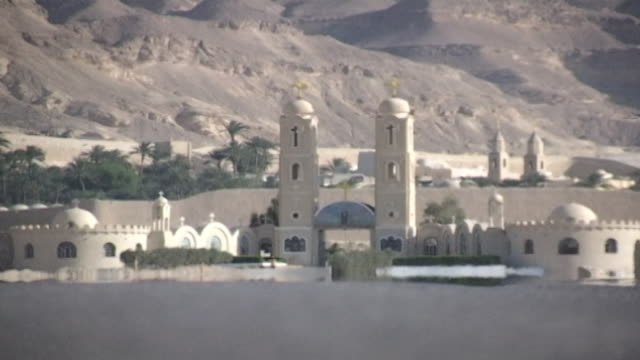 monastery of st. anthony. view of the monastery through the shimmer of a desert heat haze. built in 300 ce the coptic orthodox monastery is the... - 尖塔点の映像素材/bロール