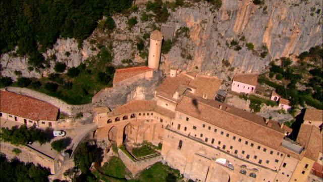 修道院のセントベネディクトにスビアコ-航空写真-latium 、ローマ(イタリア) - ラツィオ州点の映像素材/bロール