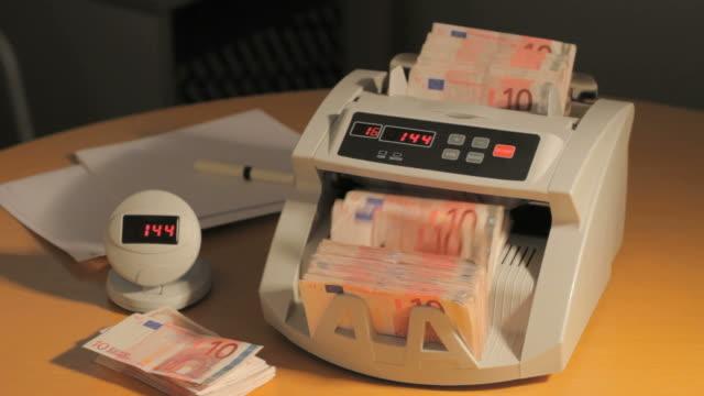 vídeos de stock, filmes e b-roll de máquina de contar dinheiro - moeda da união europeia